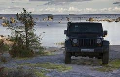 Jeep Wrangler auf der Küste des Finnischen Meerbusens, karelischer Isthmus, Russland Lizenzfreie Stockbilder