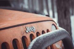 Jeep Wrangler dans la forêt d'hiver photos stock