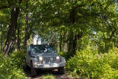 Jeep Wrangler in der Novgorod-Region, Russland Lizenzfreie Stockfotos