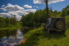 Jeep Wrangler in der Novgorod-Region, Russland Lizenzfreie Stockfotografie