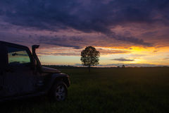Jeep Wrangler in der Novgorod-Region, Russland Lizenzfreie Stockbilder