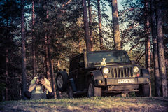 Jeep Wrangler in der Novgorod-Region, Russland Stockbilder