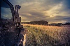 Jeep Wrangler in der Novgorod-Region, Russland Lizenzfreies Stockfoto