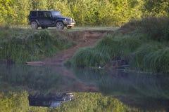 Jeep Wrangler en el bosque, región de Novgorod, Rusia Foto de archivo
