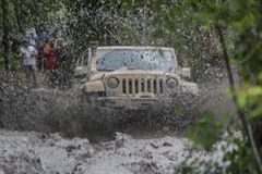 Jeep Wrangler gelaufen in Schlamm Stockfotos