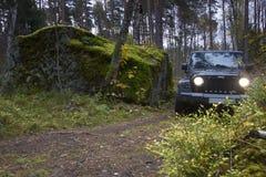 Jeep Wrangler i höstskogen, Ryssland Arkivbild