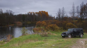 Jeep Wrangler i höstskogen, Ryssland Royaltyfri Foto