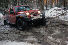 Jeep Wrangler im Winterwald, Russland Lizenzfreie Stockfotos
