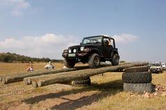 Jeep Wrangler preto no curso 4x4 Imagem de Stock Royalty Free