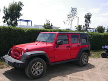 Jeep Wrangler rouge et noir s'est garé en une plage de Lima Photo stock