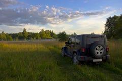 Jeep Wrangler sahara ilimitado na floresta, Rússia Fotografia de Stock