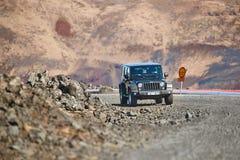 Jeep Wrangler su terreno islandese immagini stock