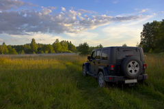 Jeep Wrangler unbegrenztes Sahara im Wald, Russland Stockfotografie