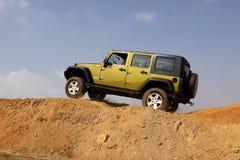 Jeep Wrangler Unlimited verde sul corso 4x4 Fotografia Stock