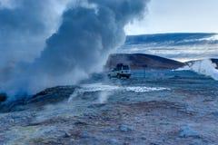 Jeep zwischen Nebel an Sol de Manana Geothermal Active-Bereich Altipla lizenzfreie stockfotografie