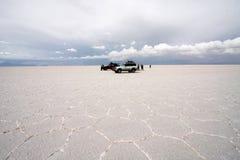 Jeepar på Salar De Uyuni, Bolivia, Sydamerika Arkivbild