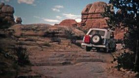 1971: Jeepchaufför som bouldering upp en offroad slinga för brant sluttning arkivfilmer