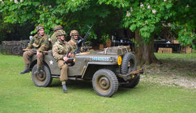 Jeepen för världskrig 2 med män klädde som amerikanska soldater för världskrig 2 Royaltyfria Foton