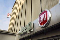 Jeepen och Fiat grupperar företagslogo på tjeckisk återförsäljarebyggnad på Januari 20, 2017 i Prague, Tjeckien Royaltyfri Bild