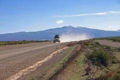 Jeepen turnerar nära salar de Uyuni Bolivia Arkivfoto