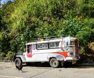Jeepney bilparkering på den lantliga vägen i Ifugao, Filippinerna Arkivbild