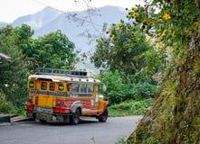 Jeepney bilparkering på den lantliga vägen i Ifugao, Filippinerna Royaltyfri Fotografi