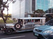 Jeepney i rörelse Arkivfoto