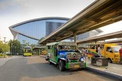 Jeepney jawny transport przy centrum handlowym Azja zakupy centrum handlowe w Pasay, Manila miasto Obrazy Stock