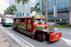 Jeepney offentligt trans. för Filippinerna nära grönt bälteshoppinggalleria i tunnelbanan Manila arkivbild