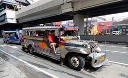 Jeepney op de straat in Manilla Stock Fotografie