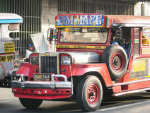 Jeepney på gatan i Manila Royaltyfri Foto