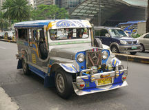 Jeepney på gatan i Manila Arkivfoton