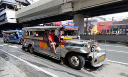 Jeepney på gatan i Manila Arkivbild