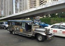 Jeepney på gatan i Manila, Filippinerna Arkivbild