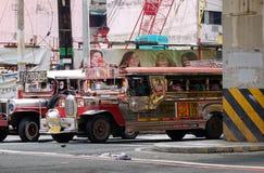 Jeepney på gatan i Manila, Filippinerna Fotografering för Bildbyråer