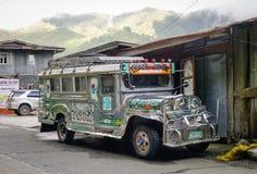 Jeepney parkering på det gamla huset i Ifugao, Filippinerna Arkivbild