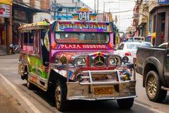Jeepney parkering på gatan i Cebu, Filippinerna Royaltyfri Bild