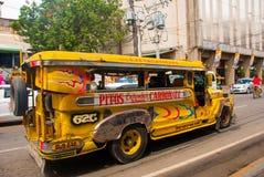 Jeepney parkering på gatan i Cebu, Filippinerna Royaltyfri Fotografi