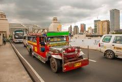 Jeepney parkering på gatan i Manila, Filippinerna Royaltyfria Foton