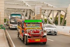 Jeepney parkering på gatan i Manila, Filippinerna Royaltyfria Bilder