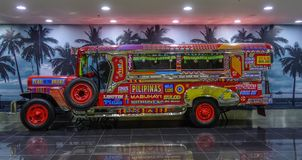 Jeepney per esposizione nell'aeroporto di Manila immagine stock