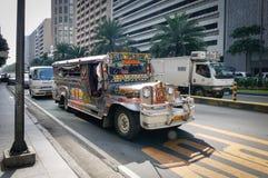 Jeepney ruuning на улице в Маниле, Филиппинах Стоковое Изображение