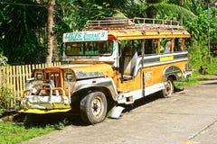Jeepney viejo en un camino rural. Fotografía de archivo libre de regalías