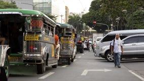 Jeepneys i samochody w Manila, Filipiny fotografia stock