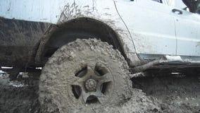 Jeepritten door de modder stock footage