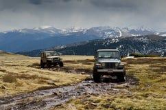 Jeeps auf die Gebirgsoberseite lizenzfreies stockfoto