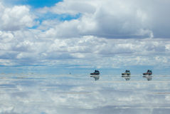 Jeeps dans le lac de sel salar de uyuni, Bolivie Image libre de droits