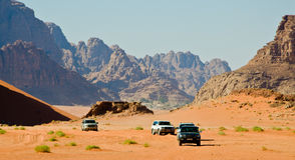 Jeeps in de woestijn stock afbeelding