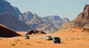 Jeeps en el desierto imagen de archivo