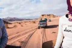 Jeeps et touristes bédouins de voiture du ` s dans lui en désert de Wadi Rum en Jordanie Images stock